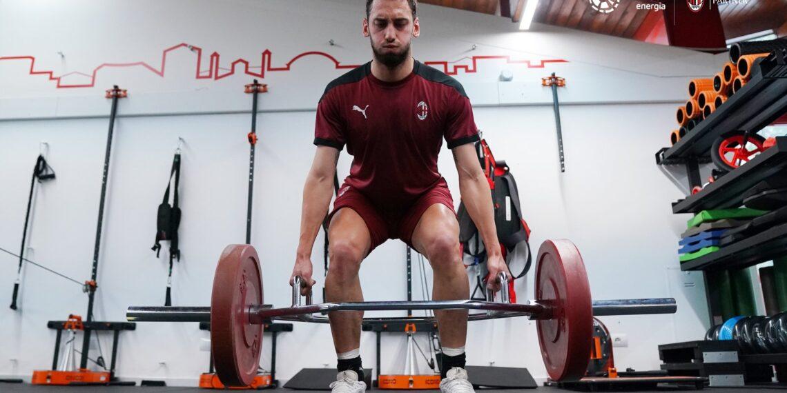 AC Milan Pede Bisa Perpanjang Kontrak Hakan Calhanoglu