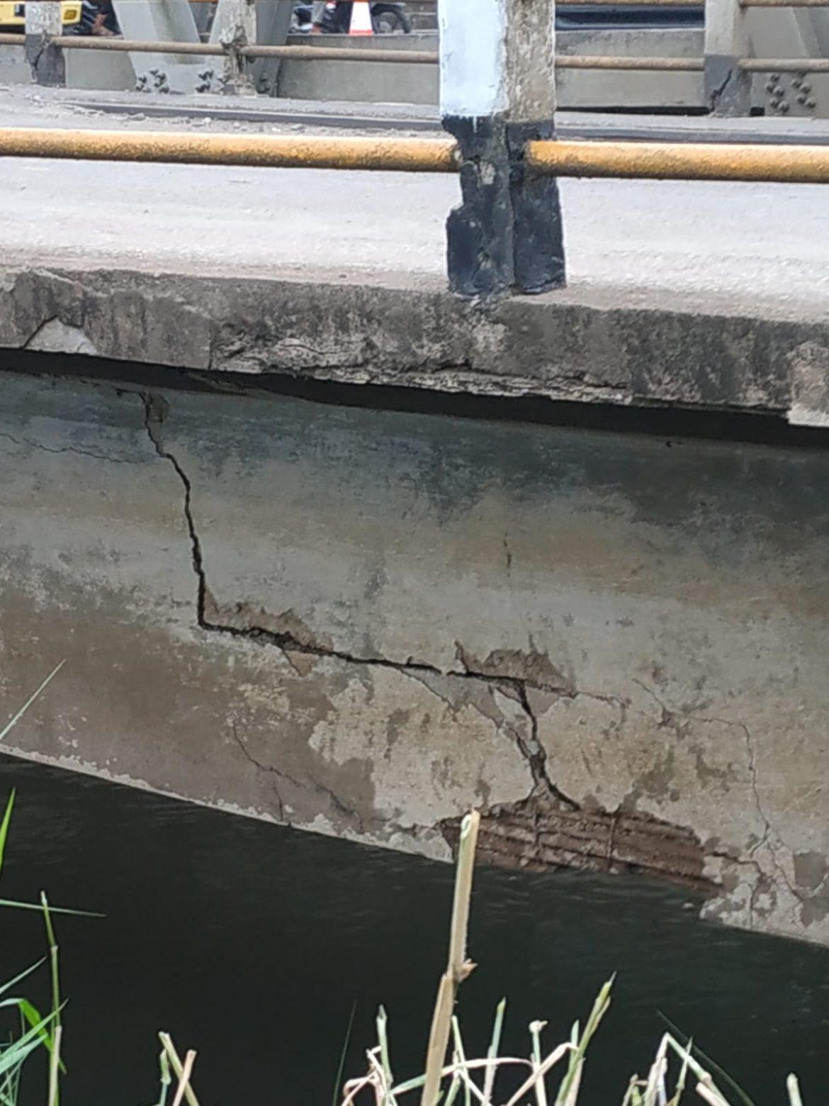 Jembatan Lama Dayeuhkolot di tutup.karena ada retakan.