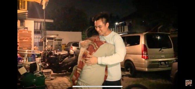 Naik Sepeda dari Klaten ke Jakarta, Pria Ini Nangis & Berlutut Saat Ketemu Baim Wong