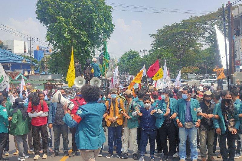 Viral! Mahasiswa Tetap Kerjakan Tugas Sewaktu Demo Tolak Omnibus Law