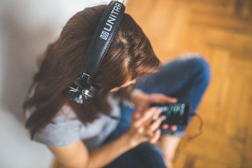 Hobi Dengerin Musik? Ini 9 Tips Mudah Belajar Bahasa Inggris Lewat Musik Favoritmu!