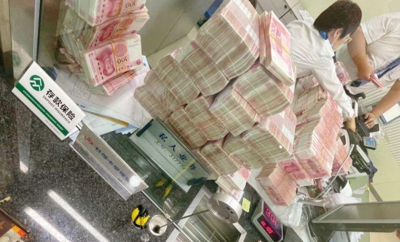Kesal Ditegur soal Masker, Orang Kaya Ini Kerjai Pegawai Bank Hitung Uang Miliaran Rupiah Manual